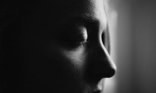 Pessoa depressão triste chorando escuro pensativo pra baixo
